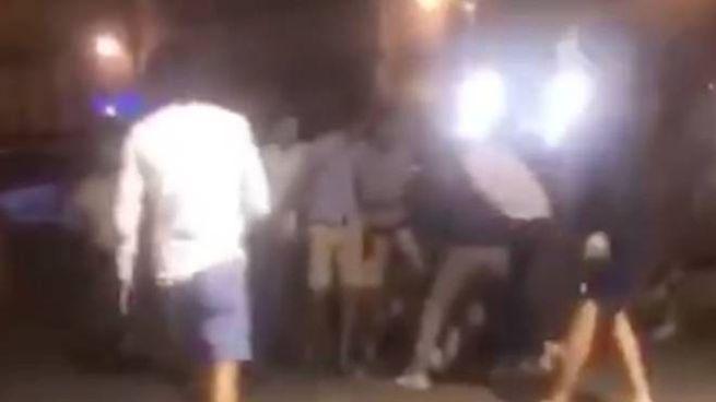 Un'immagine del video che documenta una rissa in Piazza del Campo