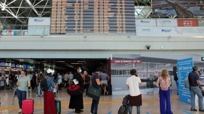 Stop ai voli da e per 13 paesi (Ansa)
