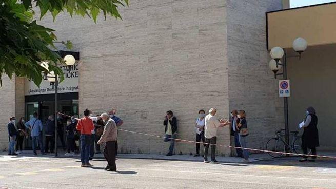 La fila davanti al Cup dell'ospedale Mazzoni