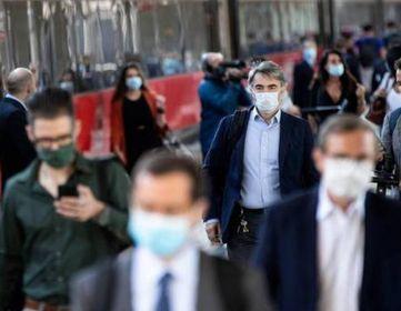 Una foto d'archivio di passeggeri in transito alla stazione Termini di Roma