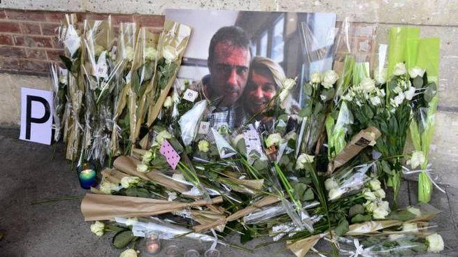 Fiori sul luogo in cui l'autista Philippe Monguillot è stato massacrato di botte (Ansa)