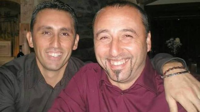 Abbracci e sorrisi tra i fratelli Carmelo e Niccolò Savarino