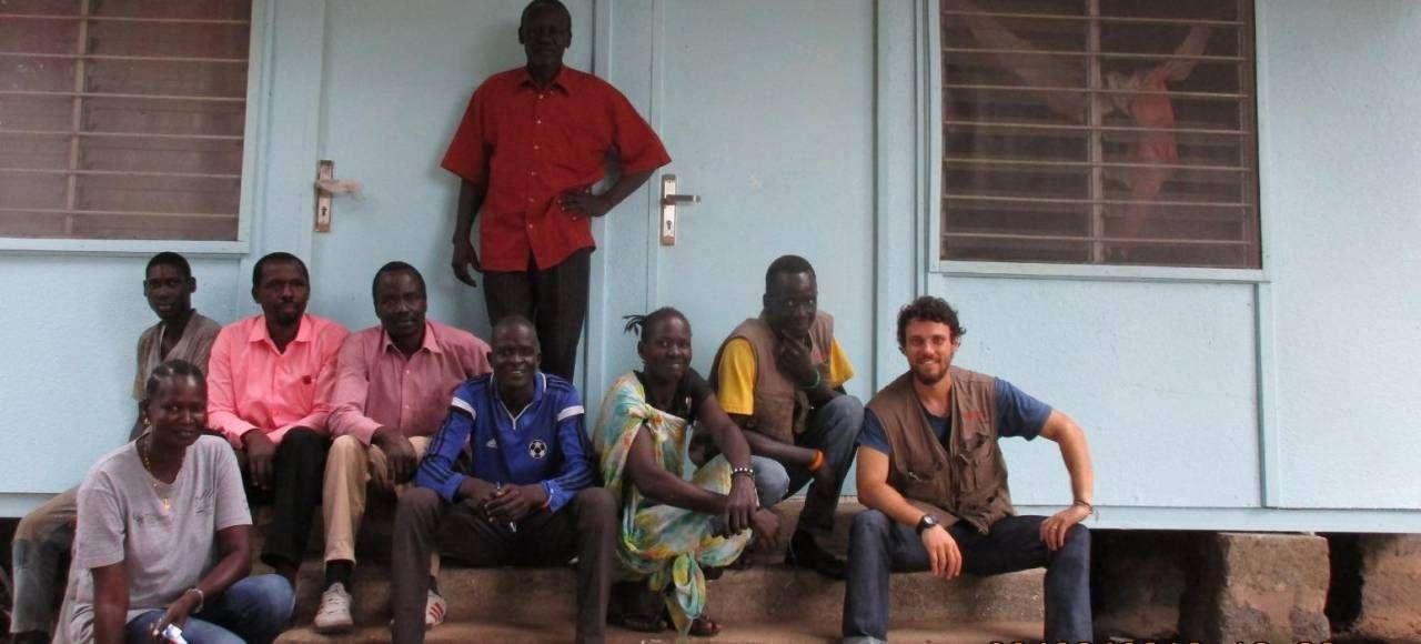 L'elpidiense Antonio Maini, a destra, durante una sua precedente esperienza in Africa