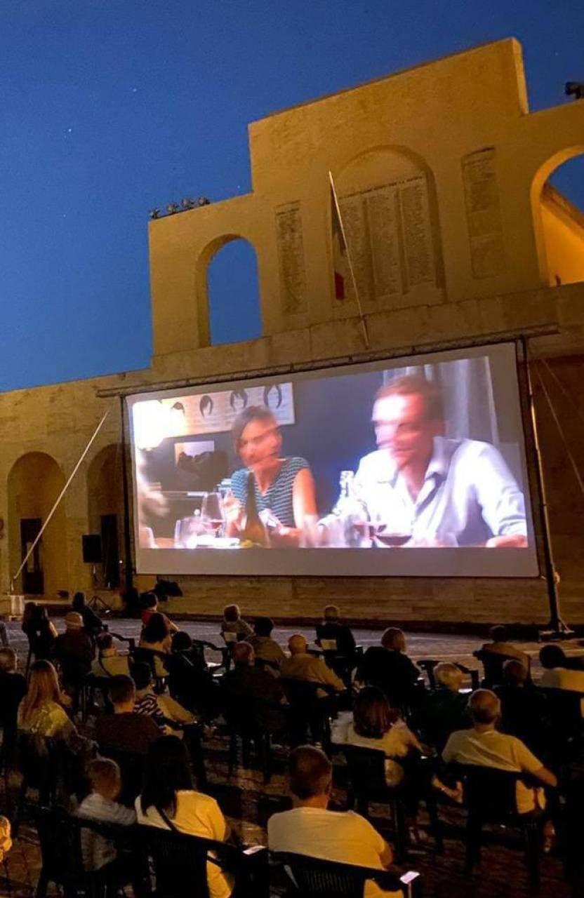 Il cinema all'aperto in piazza Corridoni
