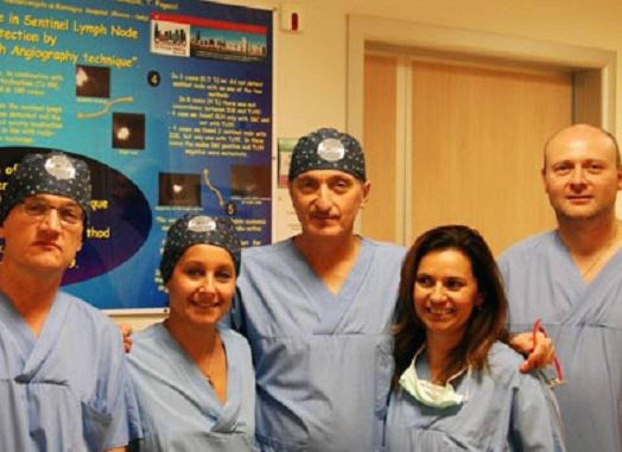Samorani (al centro) con alcuni membri dell'equipe di Chirurgia di Santarcangelo
