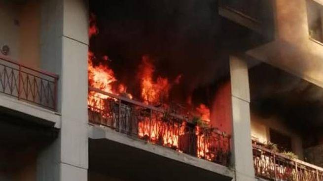 Un momento dell'incendio (Foto da Facebook)