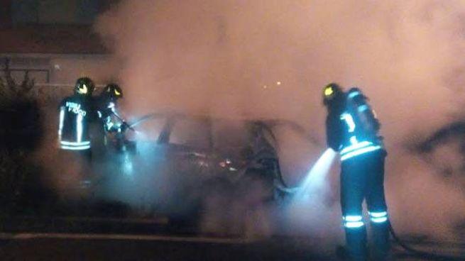 L'auto in fiamme a Rolo