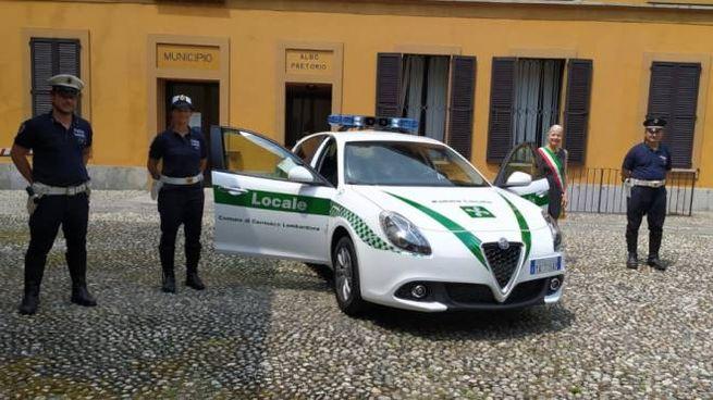 Il sindaco e gli agenti della Polizia locale con la nuova Alfa Giulia