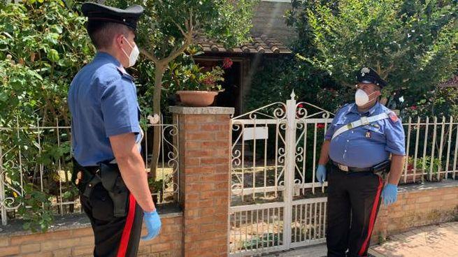 I carabinieri davanti alla casa dove è stato trovato il cadavere (foto Lazzeroni)