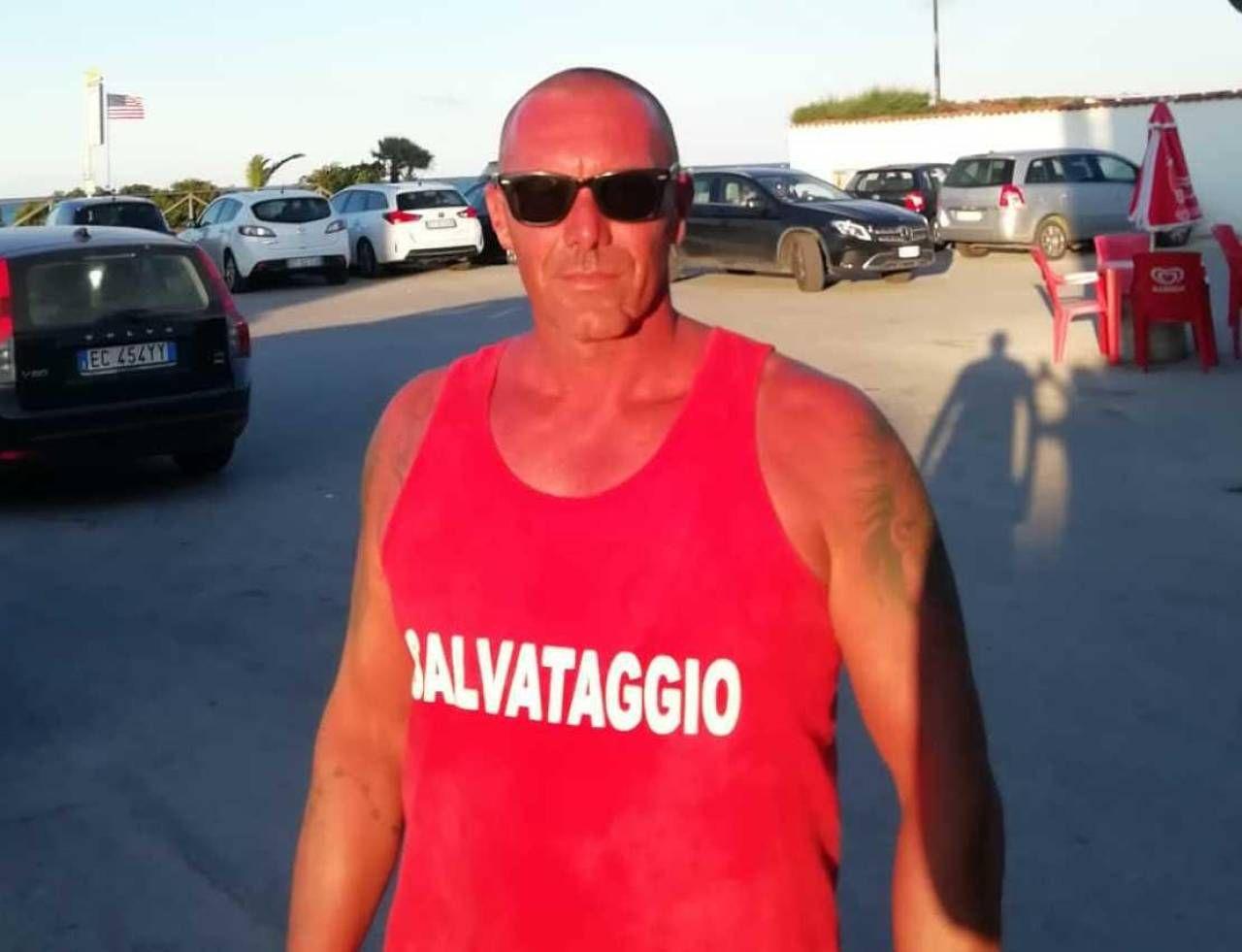 Il bagnino Samuele Patarca, 47 anni, ha salvato un turista a Scossicci