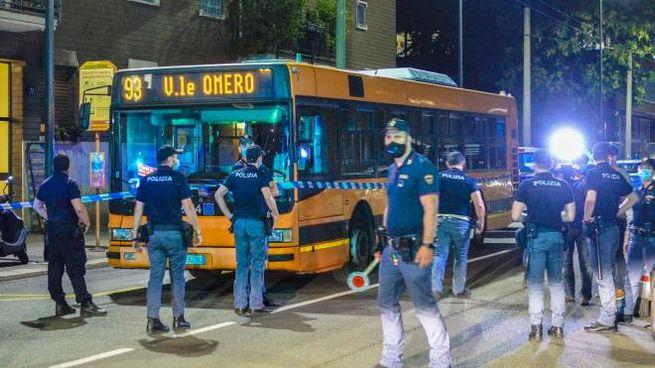 Polizia davanti all'autobus teatro dell'aggressione