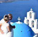 Una coppia si gode la vista dell'architettura caratteristica dell'isola di Santorini