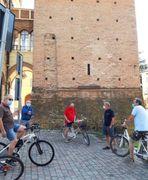 Un gruppo di pensionati in piazza a Castelnuovo rigorosamente a distanza e con mascherina