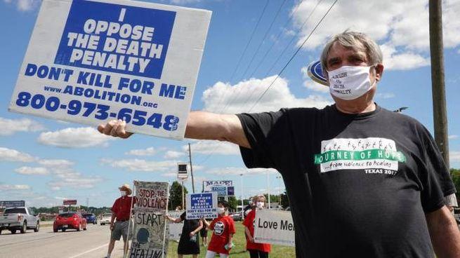 Usa, tornano le esecuzioni capitali. Un manifestante contro la pena di morte (Ansa)