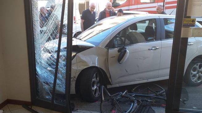 L'auto finita contro il market (foto Germogli)