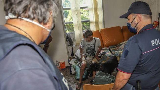 Gli agenti mentre procedono all'identificazione di uno degli occupanti