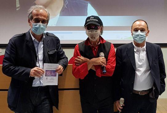 Da sinistra il sindaco Gian Luca Zattini, il maestro Angelo Valsiglio e Paolo Masperi, direttore del presidio ospedaliero forlivese