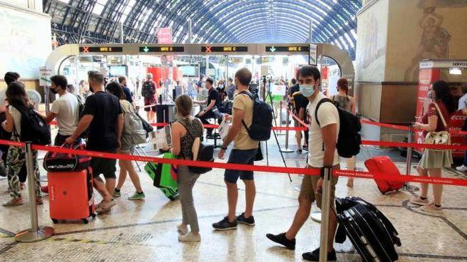 Milano, coda di turisti per le vacanze alla stazione centrale (Ansa)