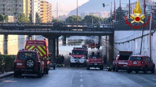 Palermo, uno degli interventi dei vigili del fuoco (Ansa)