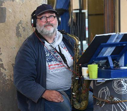 Carlo Spongano, conosciutissimo artista di strada che suona il sassofono sotto al Pavaglione, vicino all'Archiginnasio