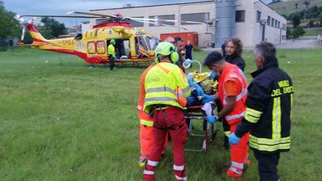 L'eliambulanza ha soccorso il 24enne nella zona industriale di Sterpeti a Montefelcino