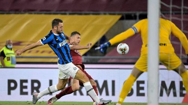 Roma-Inter, un intervento di de Vrij su Dzeko (Ansa)