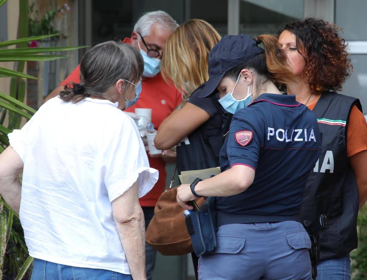 L'intervento della polizia sul luogo del delitto in via Rocca Tedalda