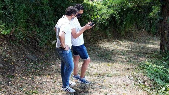 Turisti che consultano l'app Marradi Experience