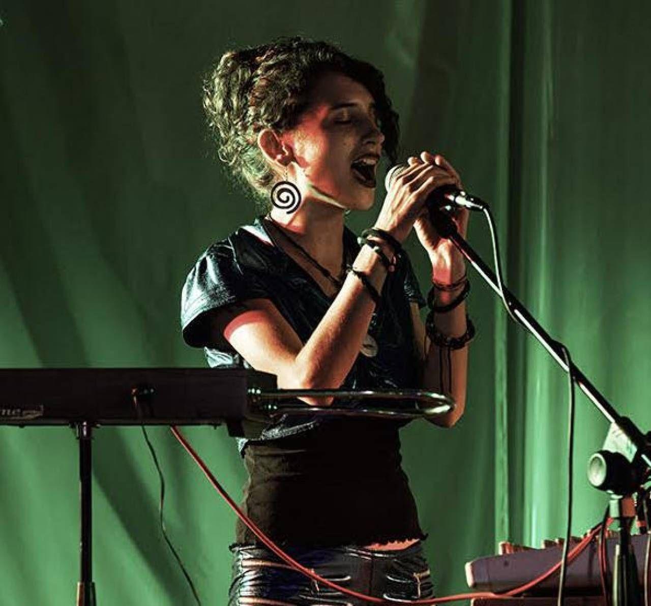 Valeria Sturba è una polistrumentista e domani sarà protagonista in Ghiara