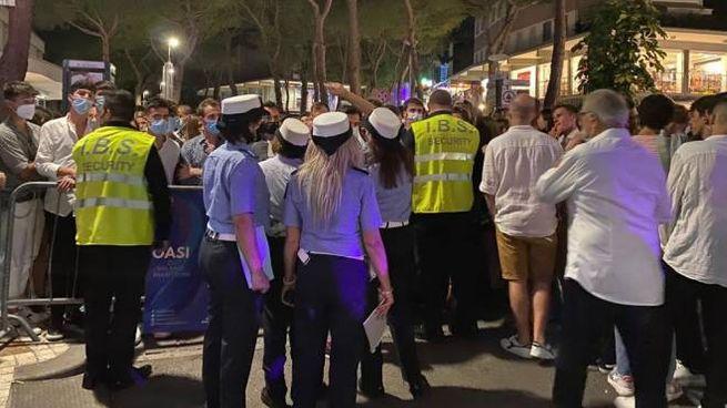 Il personale della polizia locale mentre controlla gli ingressi dell'Oasi