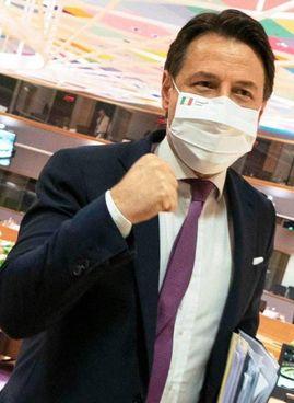 La foto postata dal premier Giuseppe Conte, 55 anni, alla conclusione della trattativa Ue: «Ce l'abbiamo fatta»