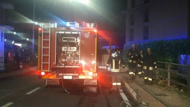 I vigili del fuoco sul luogo dell'incendio alla Spezia
