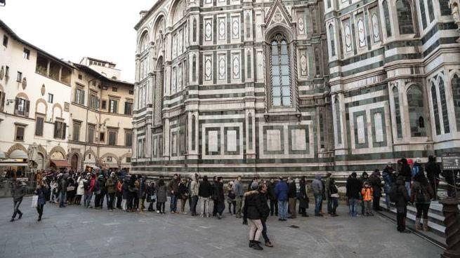 Firenze, lunga coda di turisti all'ingresso della cupola del Duomo (Cabras/New Press Photo)