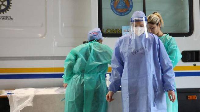 Coronavirus, operatori sanitari si preparano per effettuare i test a Brescia (Ansa)