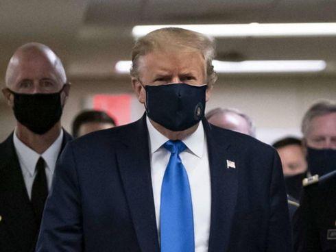 Il presidente degli Stati Uniti, Donald Trump, 74 anni, con una maschera