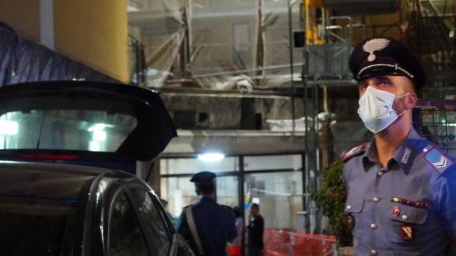 Un carabinier vicino al luogo dell'omicidio-suicidio di Portici, nel Napoletano (Ansa)