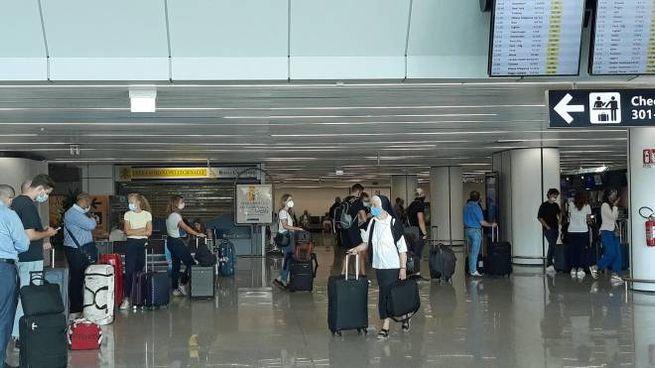Passeggeri in partenza dall'aeroporto Leonardo Da Vinci di Fiumicino (Ansa)