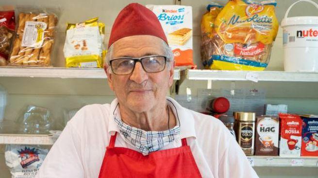 Giampaolo Dal Cerro, 78 anni, nel suo negozio di alimentari (foto Alcide)