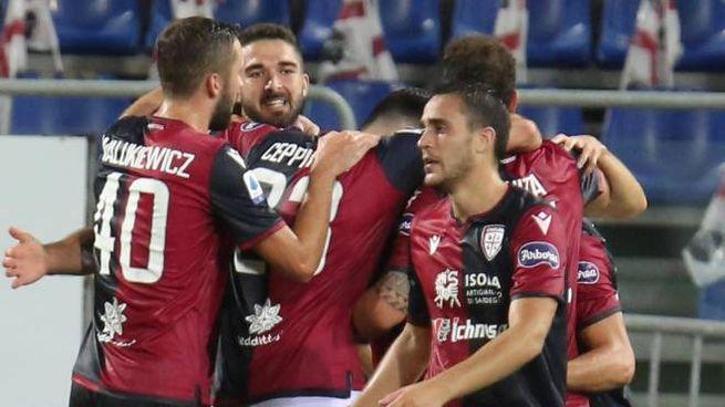 Il Cagliari festeggia la vittoria sulla Juve (Ansa)