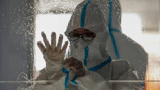 Operatori sanitari con indosso le tute protettive contro il Coronavirus (Ansa)