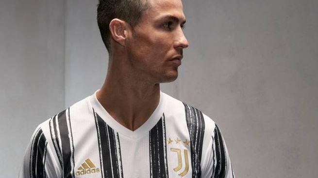 La nuova maglia della Juventus indossata da Cristiano Ronaldo