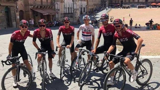 Il Team Ineos in piazza del Campo