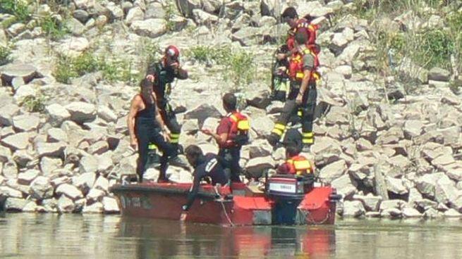 Vigili del fuoco sul fiume Po