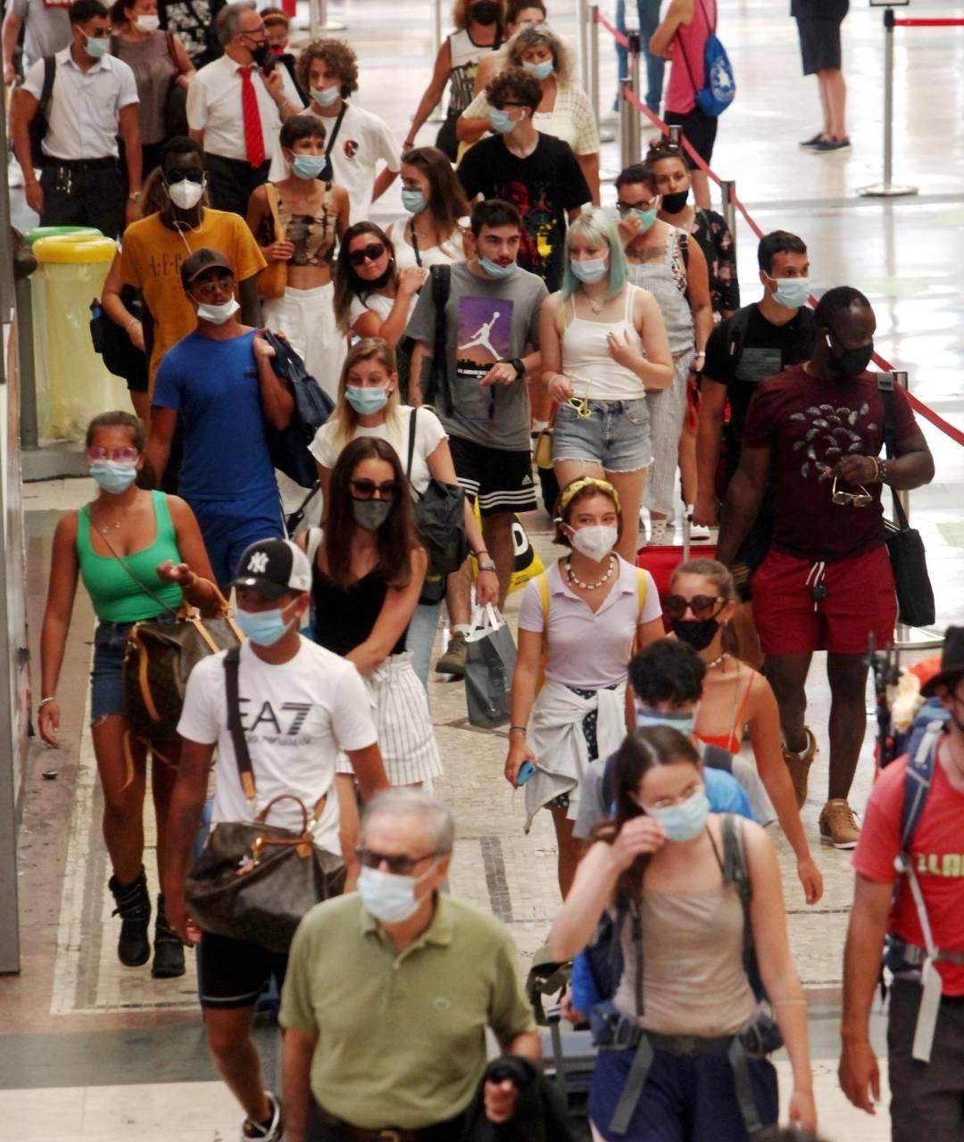 Viaggiatori in partenza ieri dalla stazione centrale di Milano per il primo weekend di esodo estivo