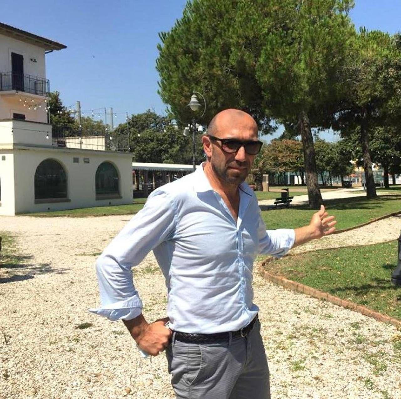Alberto Arcangeli mostra il giardino di Villa Mussolini
