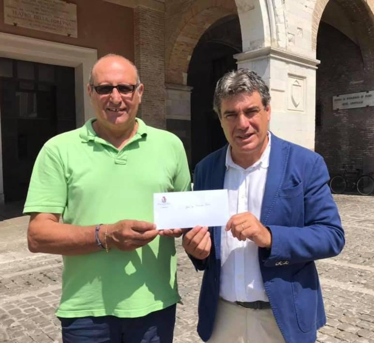 Saverio Olivi salutato dal sindaco Seri. E' stato dipendente pubblico per 42 anni