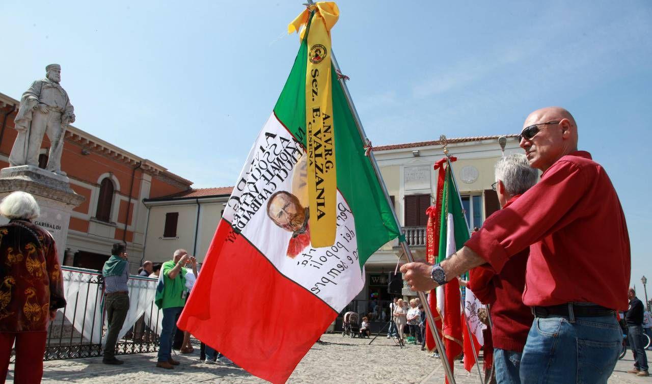 Garibaldini davanti alla statua del generale risorgimentale per la tradizionale Festa di Garibaldi a Cesenatico