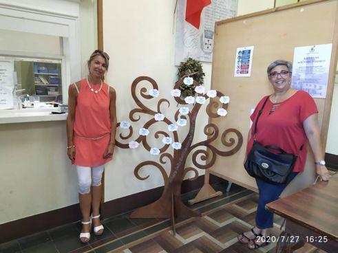 L'albero della gentilezza e i due assessori che l'hanno promosso: Orsola Rosetta D'Agata e Cinzia Bellodi