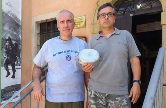 Giuliano Gandolfi e Guglielmo Mattiello, che gestiscono il museo di Iola di Montese, con la gavetta