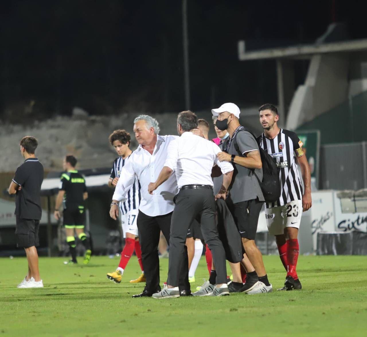 La festa salvezza dopo la gara con il Benevento, in mezzo al campo il patron e Dionigi